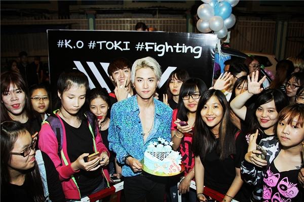 Một điều trùng hợp, ngày quay MV cũng chính là sinh nhật của thành viên K.O. Nắm bắt cơ hội này, các UNI đã chuẩn bị riêng bánh kem để tặng thần tượng.