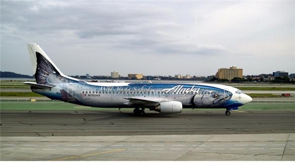 Ngày nay, máy bay còn được sử dụng để quảng cáo.