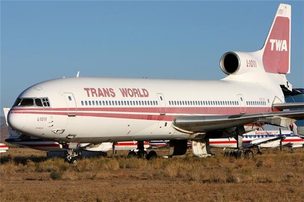 Chiếc máy bay này đã bị bỏ không suốt 15 năm qua, có thể thấy màu trắng vẫn còn như mới, trong khi màu đỏ đã bạc gần hết.