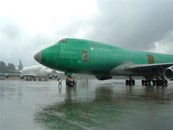 Tất cả những chiếc máy bay sau khi qua khâu lắp ráp đều có màu xanh lá cây trước khi được sơn và trang trí.