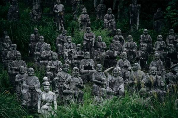 Rùng rợn các bức tượng đá biết quan sát người