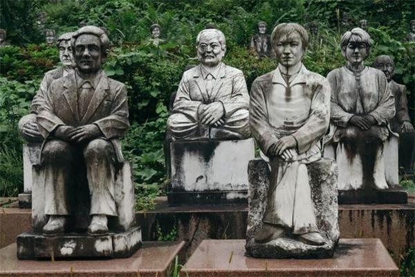 Các bức tượng này liên tục quan sát mọi cử chỉ, hành động của khách du lịch.