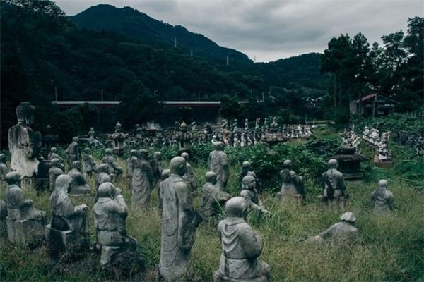 Chính diện mạo hoang vu của ngôi làng đã khiến Yukison cảm giác nhưbị lạc vào một vùng đất cấm.