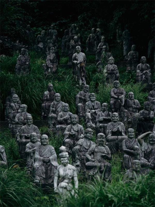 Trong làng hiện có đến hơn 800 tượng đá với đa số là các tượng Phật...