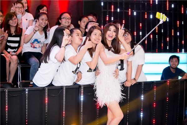 Sau buổi ghi hình, người đẹp Hải Phòng đã nán lại để chụp ảnh cùng người hâm mộ. Tập 4 Bước Nhảy Ngàn Cânsẽ lên sóng truyền hìnhvào 21gngày 18/9 trên kênh VTV3. - Tin sao Viet - Tin tuc sao Viet - Scandal sao Viet - Tin tuc cua Sao - Tin cua Sao