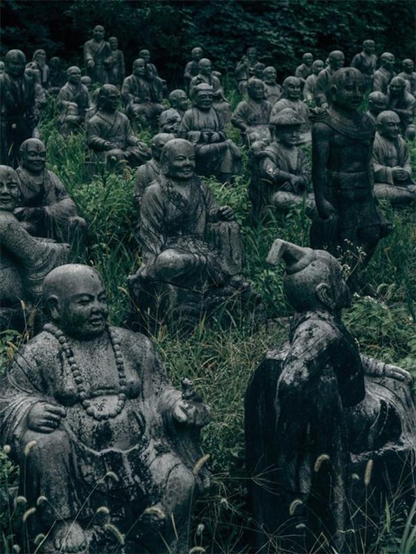 Để tạo nên được ngôi làng kì bí này, ôngMutsuo Furukawađã phải chi 6 tỉ yên (tương đương 1.300 tỉ VNĐ) để mua lại các bức tượng đá.