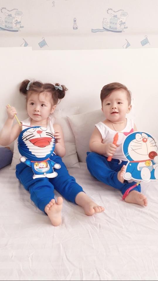 Hai be được mẹ tặng lồng đèn hình Doraemon để chơi Trung thu. - Tin sao Viet - Tin tuc sao Viet - Scandal sao Viet - Tin tuc cua Sao - Tin cua Sao
