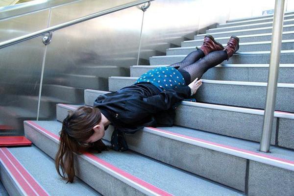 Nếu như ở Việt Nam, hành vinày có thểbị coi làđiên rồ. Nhưngở Nhật Bản, khi nhìn thấy một phụ nữ nằm úp mặt xuống đường, người Nhật sẽthấyđiều ấy vô cùng bình thường.