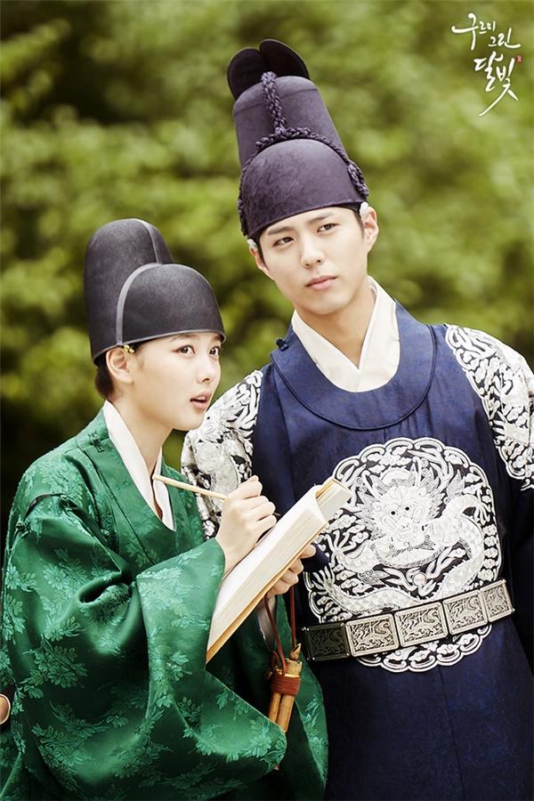 """""""Em gái quốc dân"""" Kim Yoo Jung hiện đang rất được yêu thích với vai diễn Hong Ra On trong bộ phim Moonlight Drawn by Clouds."""