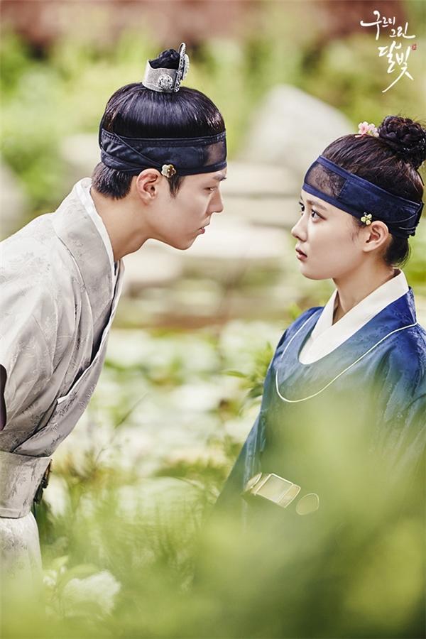 """Xét về độ """"nam tính"""", Kim Yoo Jung có lẽ chẳng thua gì hai bạn diễn Park Bo Gum và Jin Young (B1A4)."""