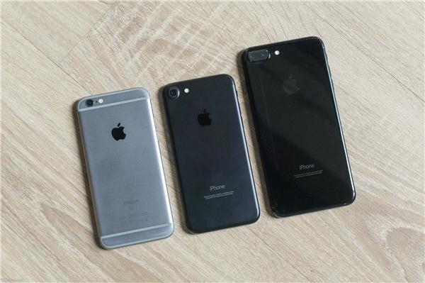 3 phiên bản màu gồm xámSpace Grey (iPhone 6s)- đen nhámBlack (iPhone 7)- đen bóngJet Black (iPhone 7 Plus). (Ảnh: tinhte)