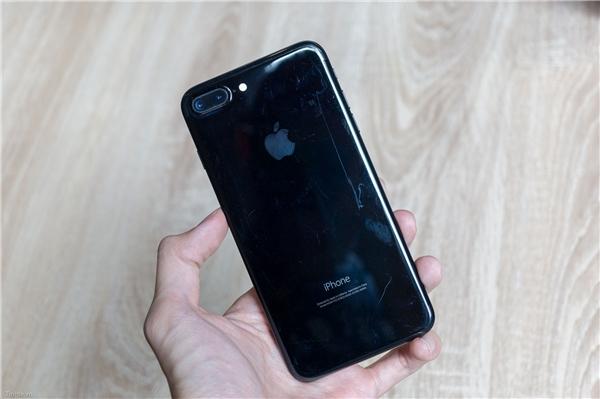 Màu đen bóng(JetBlack) trên iPhone 7 Plus. (Ảnh: tinhte)