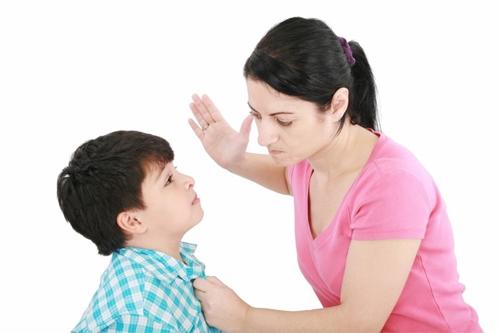 Không nên mắng, quát trẻ một cách gay gắt, càng không nên đuổi bé ra khỏi nhà dù là lời nói đùa. Ảnh minh họa