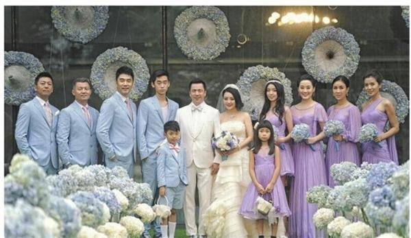 Gia đình Vương Trung Lỗi và vợ Vương Hiểu Dung cùng những người bạn thân thiết trong buổi lễ kỷ niệm 20 năm ngày cưới của cặp đôi.