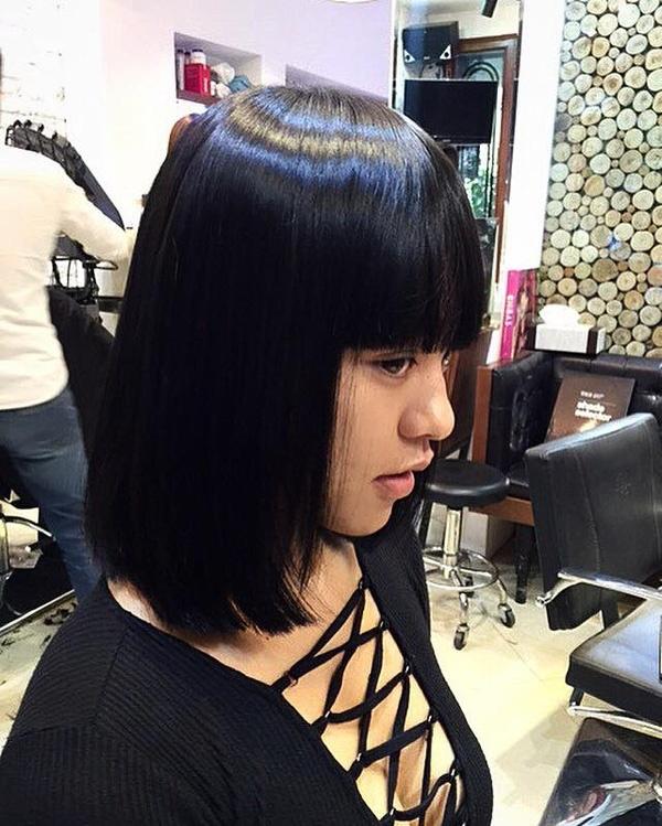 Ngay sau đó, tóc thật của Mai Ngô cũng được thay đổi với phần mái bằng che đi đôi chân mày. Chúng giúp nữ người mẫu trông trẻ trung, đáng yêu hơn hẳn.