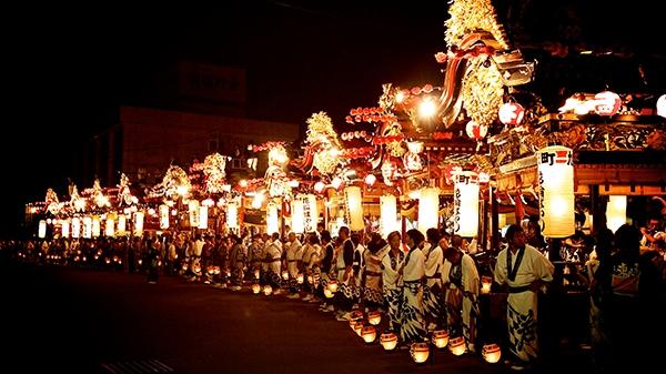 Thay vì ở nhà, người dân Nhật Bảnđến các chùađể ngắm trăng và thả lồng đèn trên sông.