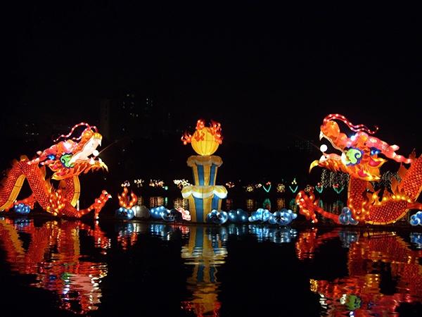 Tết Trung Thu của Trung Quốc rất chú trọng vào việc trang trí hoa đăng và lồng đèn đặc sắc.