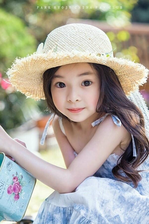 Đứng tim trước vẻ đẹp trong sáng của thiên thần buồn 6 tuổi