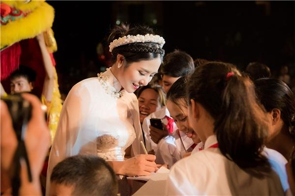 Bên cạnh đảm nhận vai diễn chị Hằng, Hoa hậu Việt Nam 2010 còn chuẩn bị món quà đặc biệt để tặng cho 5 em nhỏ có hoàn cảnh khó khăn, đạt thành tích cao trong học tập. Đó chính là những bộ áo dài do chính cô thiết kế. Người đẹp hy vọng, món quà này sẽ giúp các em nhỏ có thêm tình yêu và sự trân trọng, giữ gìn trang phục truyền thống của dân tộc.