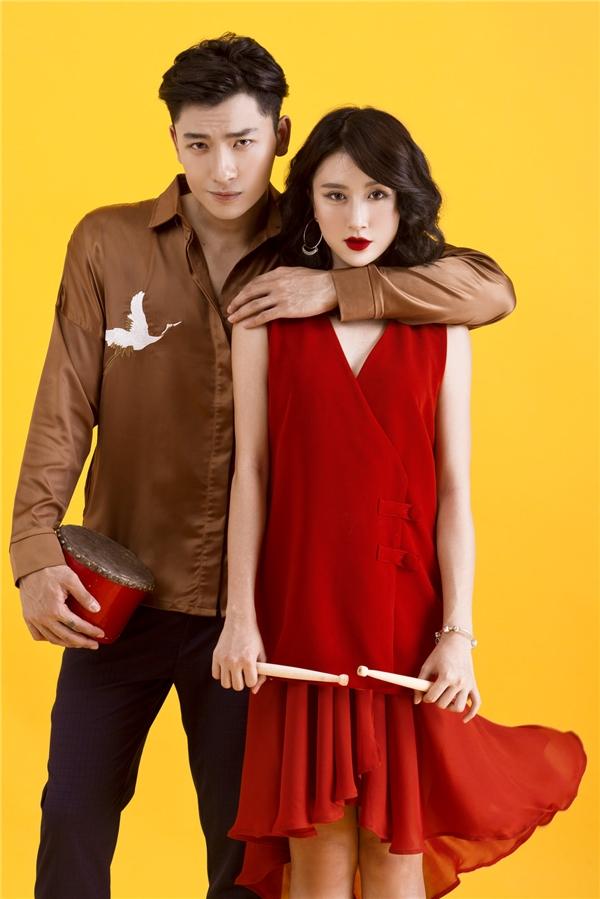 """Mùa thu đến kéo theo những con gió mơn man, nhè nhẹ cũng là lúc làng mốt có những thay đổi mạnh mẽ để mang đến nhiều dư vị mới lạ cho các tín đồ thời trang. Quỳnh Anh Shyn """"sửi ấm"""" bầu không khí se lạnh bằng sắc đỏ nồng nàn, quyến rũ với thiết kế kết hợp shirtdress bên ngoài cùng váy voan lụa mềm mại bên trong."""