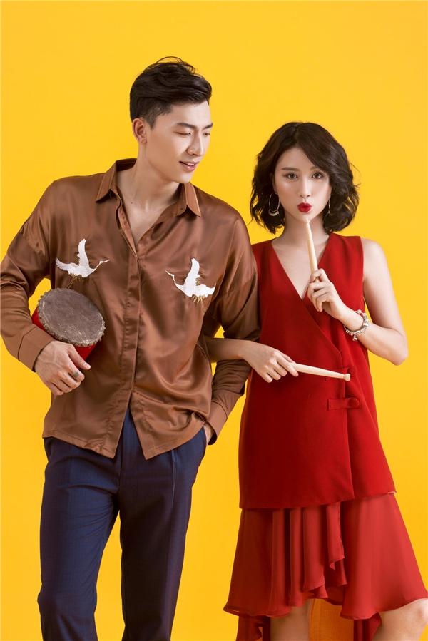 Trong khi đó, Trần Trung lại thể hiện màu sắc, phong cách nam tính đặc trưng của phái mạnh qua dáng áo sơ mi kết hợp quần âu. Họa tiết chim hạc mang nét truyền thống được đưa vào thiết kế hiện đại tạo nên nét lạ mắt, thú vị.
