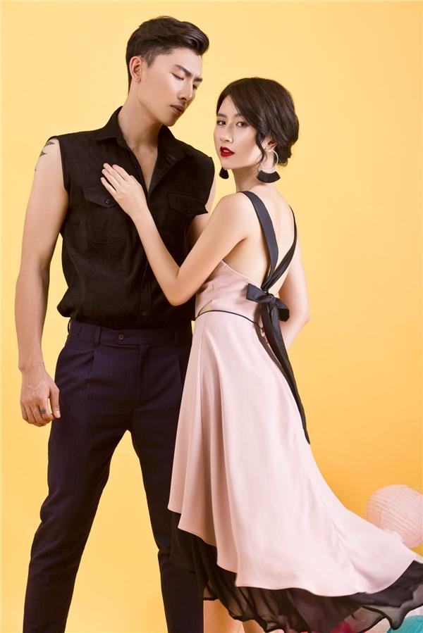 Nếu như Trần Trung thanh lịch, cá tính với áo không tay phối quần âu thì cô nàng hot girl lại ngọt ngào, điệu đà với sắc hồng cùng phom váy xòe bất đối xứng.