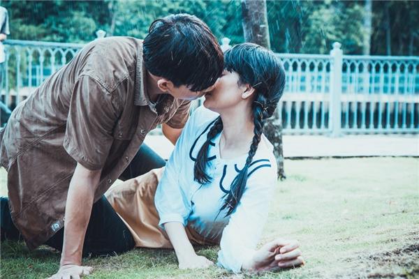 Cặp đôi có màn khóa môi ngọt ngào dưới mưa. Nếu Trương Quỳnh Anh Nữ cảm thấy nụ hôn khá bình thường, không có gì đặc biệt trong khi Tim lại tỏ ra thích thú. - Tin sao Viet - Tin tuc sao Viet - Scandal sao Viet - Tin tuc cua Sao - Tin cua Sao