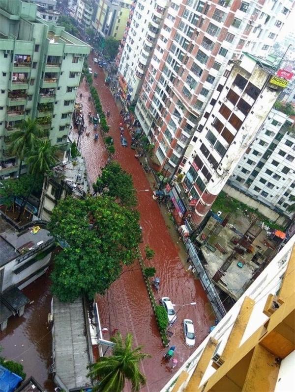 """Sau một cơn mưa lớn, Dhaka bỗng biến thành """"thành phố máu"""". (Ảnh: Internet)"""
