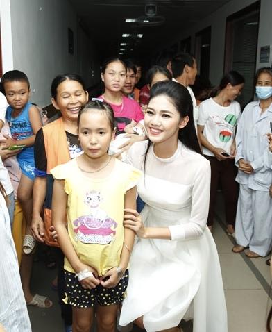 Mỹ Linh và Thanh Tú đều diện đầm trắng tinh khôi, nhẹ nhàng vui đùa với các trẻ em đang điều trị tại Viện huyết học. Hai người đẹp dù bận rộn với lịch trình công việc dày đặc nhưng vẫn luôn cảm thấy thích thú khi được chung tay trong các hoạt động ý nghĩa như thế này.