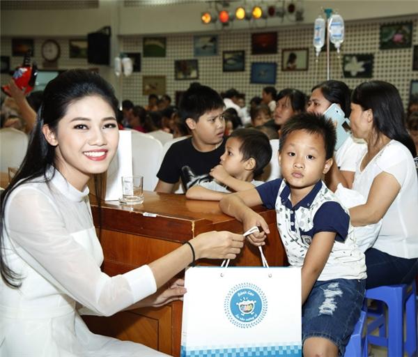 Mỹ Linh, Thanh Tú rạng rỡ vui trung thu cùng bệnh nhi