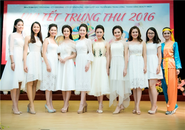 Tham gia đêm tiệc từ thiện này còn có nhiều người đẹp bước ra từ cuộc thi Hoa hậu Việt Nam 2016 như: Phùng Bảo Ngọc Vân, Trần Tố Như, Phạm Thủy Tiên, Bảo Ngọc, Phùng Lan Hương… Các cô gái đã trao hơn 400 phần quà trung thu cho trẻ em nơi đây.