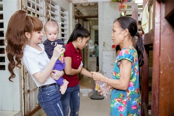 Á Hậu thân thiện hỏi thăm, động viên những người trực tiếp nuôi dạy các bé.