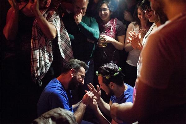 Trong ngày sinh nhật của Omar, Nader đã đặt chiếc nhẫn lên tay anh với một lời cầu hôn ngọt ngào: Em có đồng ý làm vợ anh chứ?