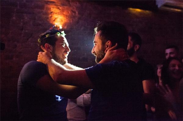 Giữa tiếng vỗ tay và niềm vui hân hoan của mọi người, Nader và Omar đã trao nhau những nụ hôn và lời hứa sẽ chung sống với nhau suốt đời.
