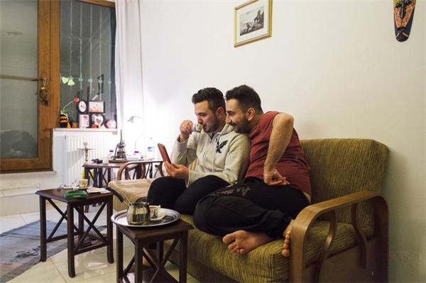 Đêm giao thừa trước ngày Nader lên đường đến Na Uy, hai người nói chuyện với mẹ Omar về kế hoạch của cả hai.