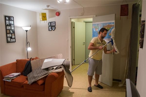 Nader dọn dẹp nhà cửa để đón người bạn đời của mình tới.