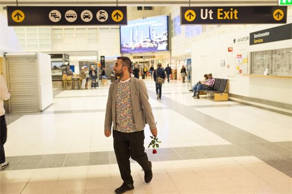 Anh không giấu được niềm vui và sự hồi hộp, chờ đón người yêu tại sân bay.
