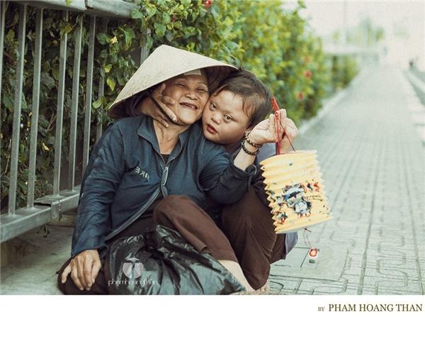 Xúc động với niềm vui giản dị của mẹ con cô bé Down vào Tết Đoàn viên