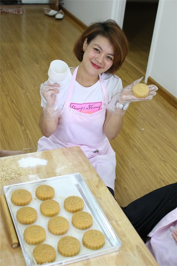 Việc làm bánh diễn ra trong 3 ngày, mặc dùđang rất bận rộn lo cho đêm minishow tại Hà Nội vào ngày 18/9 sắp tới, nhưng Hải Yến vẫn tạm gác để làm bánh.