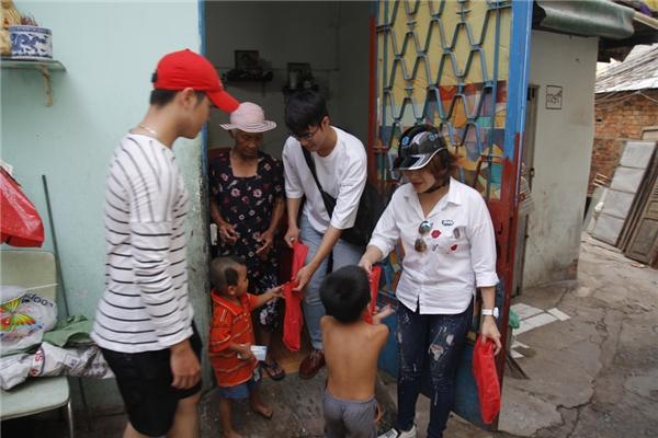 Hải Yến cùng với nhóm Cadimen chạy xe đến từng địa điểm có cư dân nghèo, người cơ nhỡ đường phố để tặng những hộp bánh thơm ngon, chất lượng.