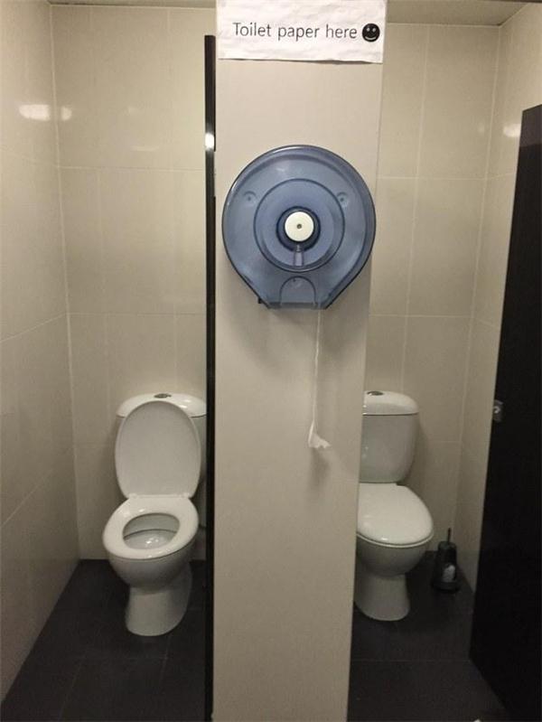 Nhớ mang giấy vào trước khi đi vệ sinh nhé. Nếu chẳng may quên mất thì chính bạn cũng không thể tưởng tượng ra chuyện gì tiếp theo đâu.