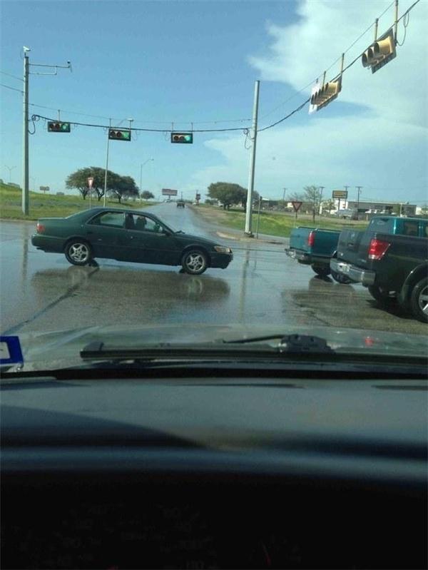 Chờ đợi gần 90 giây đèn đỏ và ngay khi đèn xanh bật lên thì chiếc xe đáng ghét này từ đâu lù lù xuất hiện