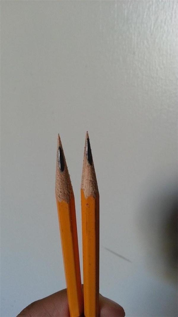 Hì hục mãi mới gọt xong hai cây bút chì và kết quả nó như thế này, hỏi sao không điên cho được.