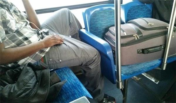 Khoảnh khắc bạn nhận ra mình thật đáng thương khichỉ được ngồigói gọn trong một chiếc ghế còn cái va li đáng ghét kia lại chễm chệ trên hai chiếc ghế.
