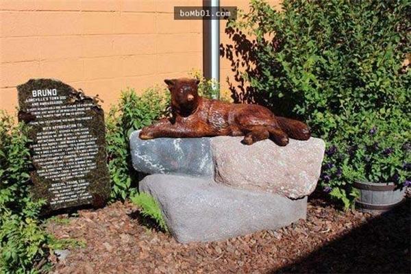 Người dân thị trấn đã khắctượng chú chó.(Ảnh: Internet)