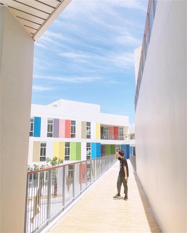 Hành lang nối các đơn nguyên và các khốitrong toàn khu giúp kiến trúc đượcliền mạch và thống nhất. Ảnh: Nhật Phi