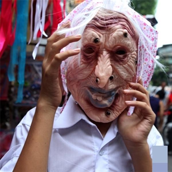 Mặt nạ kinh dị là một trong sốmặt hàng hút khách nhất tại khu phố chợ Trung thu