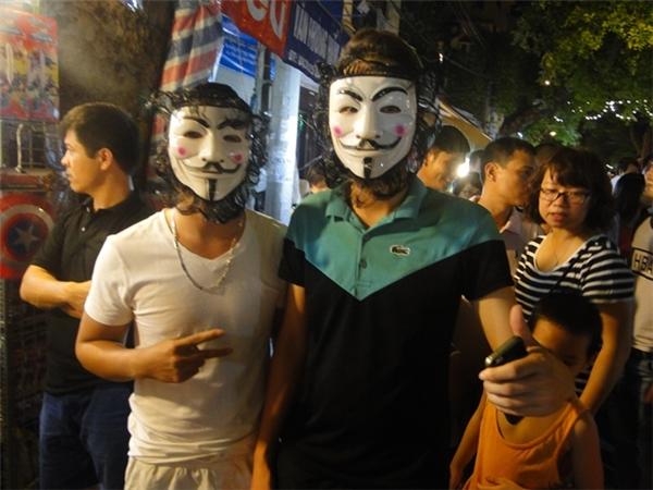 Hai thanh niên đeo mặt nạ hóa trangvẫnlàm điệu selfie.