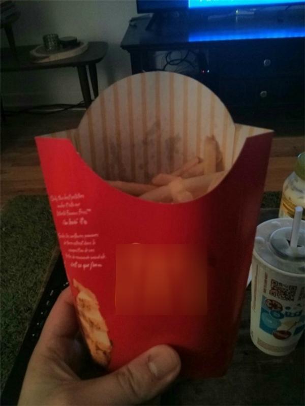 Nhưng trong hình quảng cáo mấy người đổ khoai tây đầy lên tận miệng hộp cơ mà.
