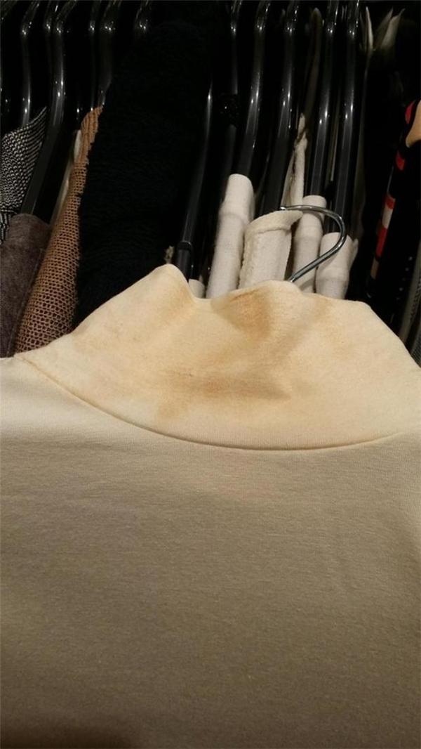 Không biết cửa hàng cố ý hay vô tình treo một chiếc áo cũ đã ố màu vào dãy quần áo mới để bán nữa.